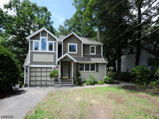 4 BR,  3.50 BTH  Colonial style home in Wayne