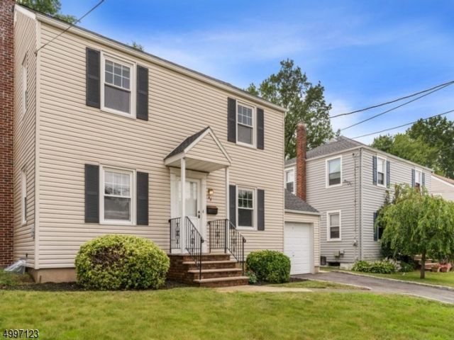 4 BR,  2.00 BTH Colonial style home in Bloomfield