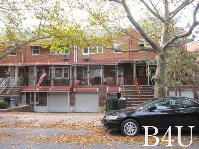 6 BR,  3.00 BTH Duplex style home in Bergen Beach