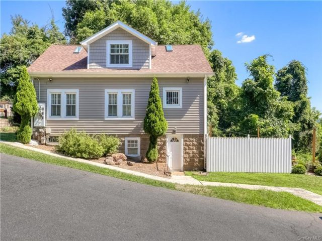 3 BR,  4.00 BTH  Colonial style home in Clarkstown