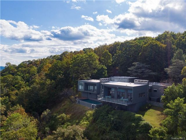 7 BR,  9.00 BTH Contemporary style home in Orangetown