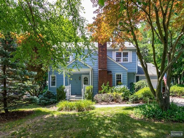 4 BR,  2.00 BTH  Colonial style home in Ridgewood