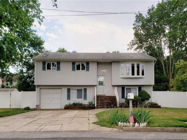 5 BR,  2.00 BTH Hi ranch style home in Dix Hills