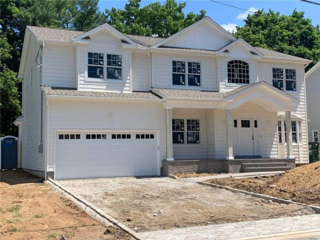 5 BR,  4.50 BTH Colonial style home in Syosset