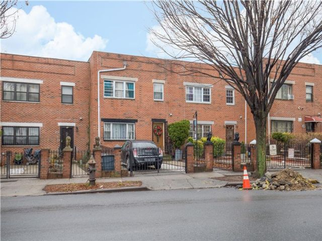 4 BR,  3.00 BTH Single family style home in Crown Heights