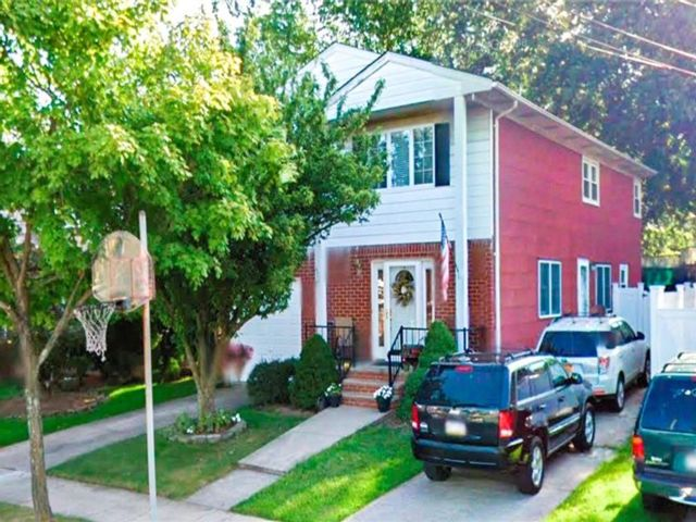 5 BR,  3.00 BTH Multi-family style home in Westerleigh