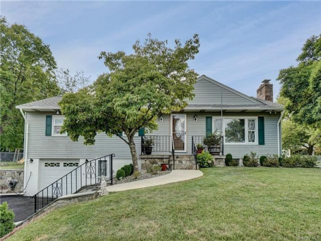 3 BR,  3.00 BTH Raised ranch style home in New Windsor