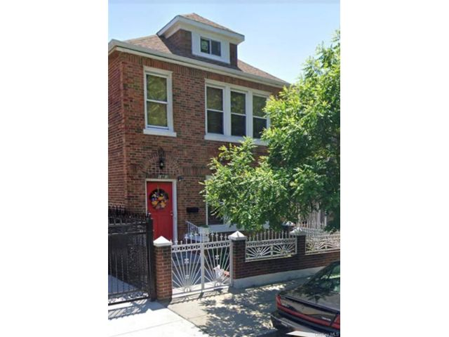 6 BR,  2.00 BTH  Bilevel style home in Soundview