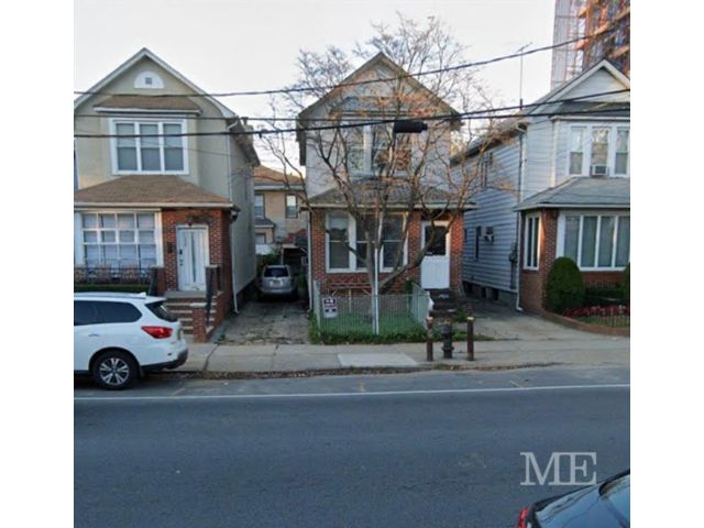 3 BR,  0.00 BTH Multi-family style home in Midwood