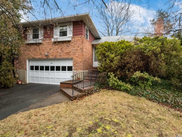 4 BR,  2.50 BTH Split style home in Syosset