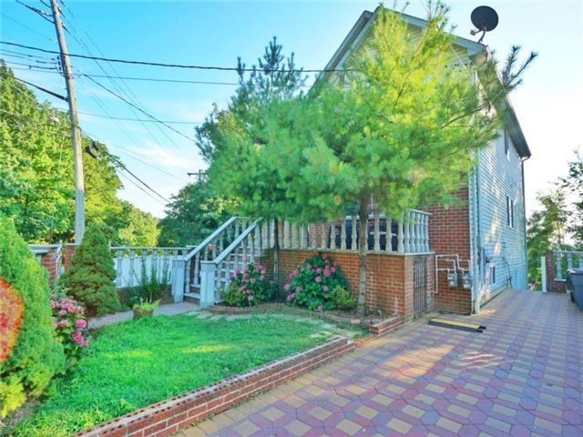 4 BR,  0.00 BTH  Multi-family style home in Grymes Hill