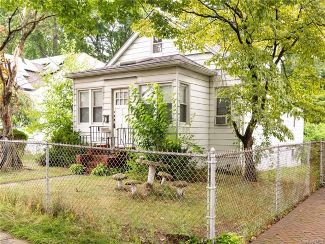 3 BR,  1.00 BTH Raised ranch style home in Yonkers