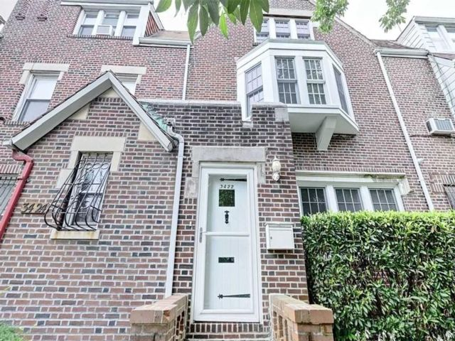 3 BR,  3.00 BTH Single family style home in Jackson Heights