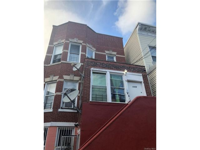 8 BR,  3.00 BTH  Bilevel style home in Soundview