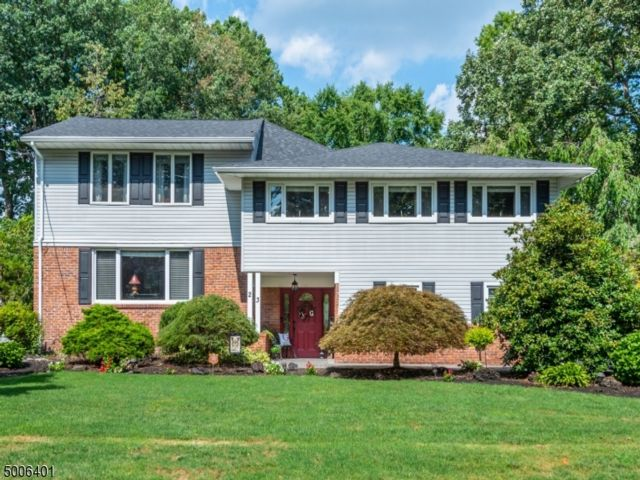 5 BR,  3.50 BTH Split level style home in Fairfield