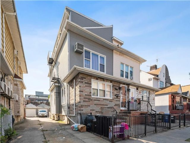 3 BR,  3.00 BTH Multi-family style home in Midwood
