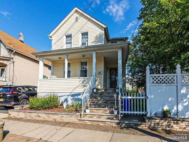 2 BR,  2.00 BTH  Colonial style home in Lyndhurst