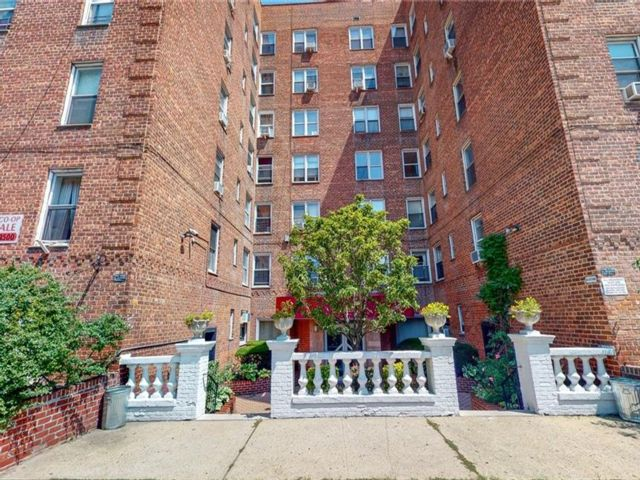 1 BR,  1.00 BTH Co-op style home in Midwood