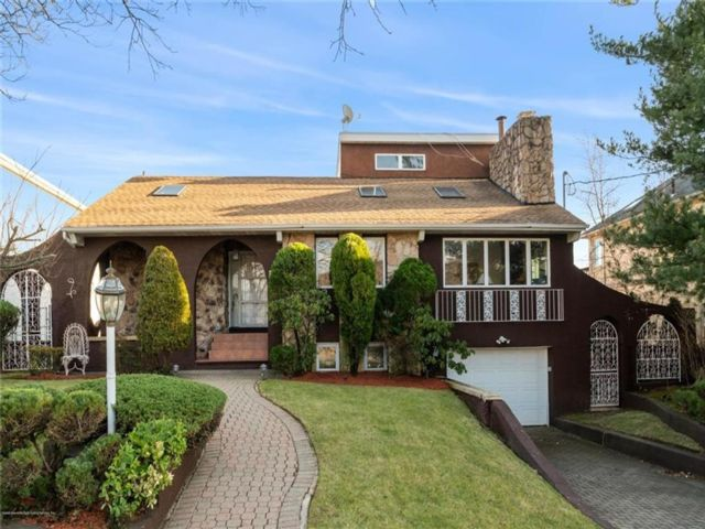 2 BR,  3.00 BTH  Single family style home in Dongan Hills-colony