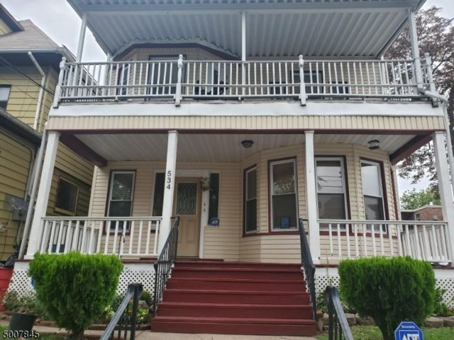 4 BR,  2.55 BTH Colonial style home in Paterson