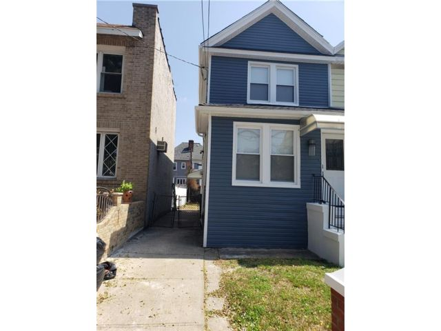 3 BR,  2.50 BTH Single family style home in Flatlands