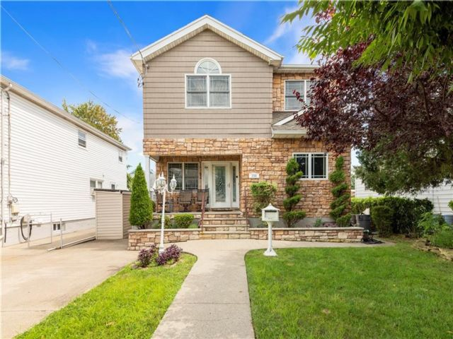 4 BR,  5.00 BTH  Single family style home in Dongan Hills-below Hylan