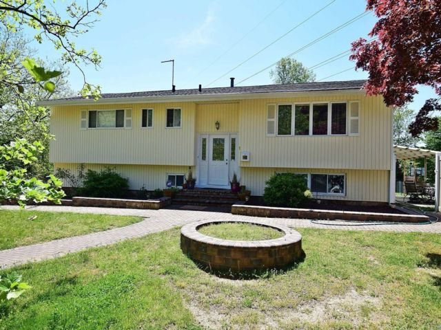 4 BR,  2.50 BTH Hi ranch style home in Dix Hills