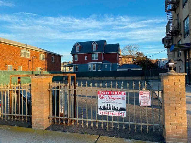 Lot <b>Size:</b> 60x100 Land style home in Rockaway Park
