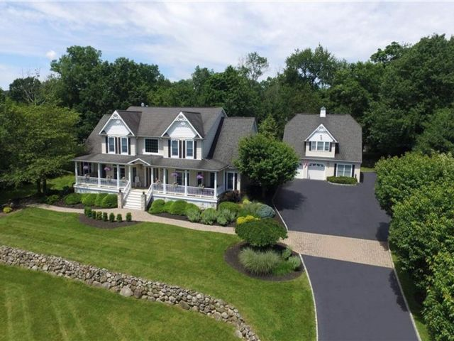 7 BR,  6.00 BTH Colonial style home in Stony Point