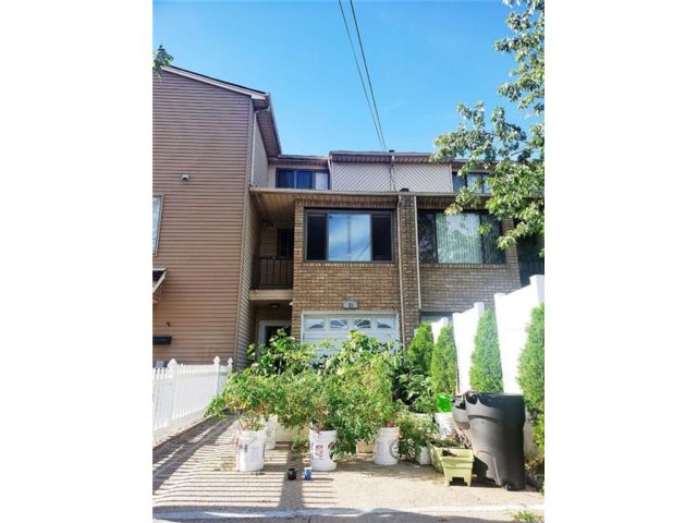 3 BR,  3.00 BTH Single family style home in Arden Heights