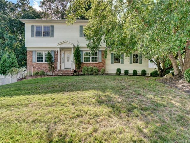 3 BR,  4.00 BTH Colonial style home in Stony Point