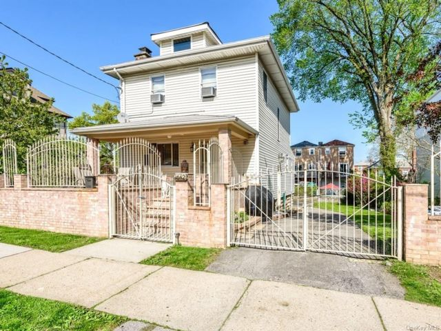 3 BR,  3.00 BTH  Colonial style home in Throggs Neck