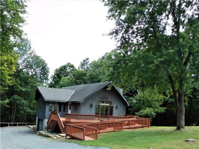 3 BR,  3.00 BTH  Contemporary style home in Bethel