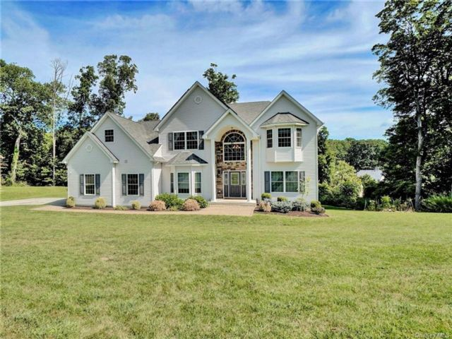 4 BR,  3.00 BTH Colonial style home in Woodbury Town