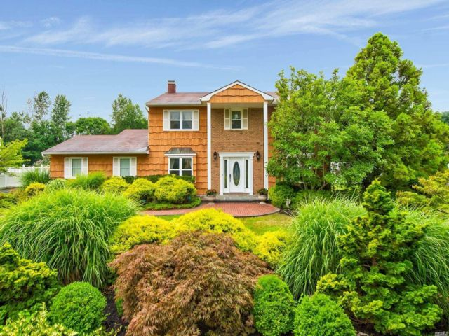 4 BR,  2.50 BTH  Colonial style home in Dix Hills