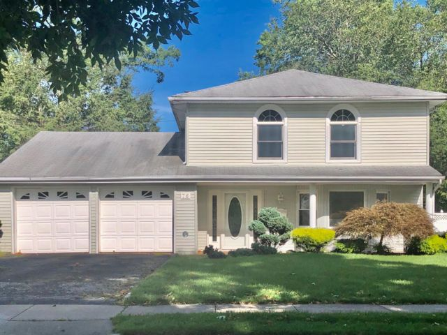 4 BR,  2.50 BTH Split-level style home in New Hyde Park
