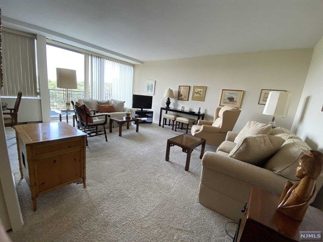 1 BR,  1.00 BTH  Highrise style home in Fort Lee