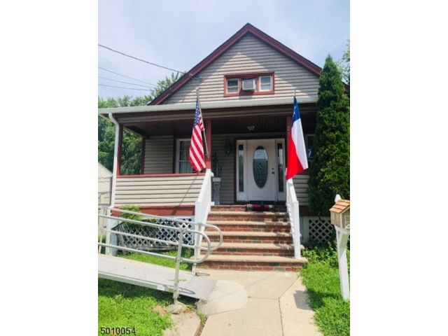 6 BR,  2.00 BTH Cape cod style home in Plainfield