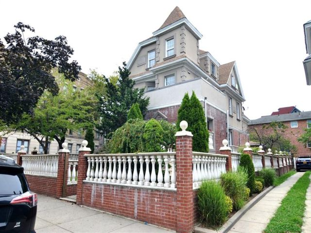 8 BR,  4.00 BTH  Multi-family style home in Bay Ridge