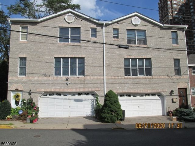 3 BR,  2.50 BTH 2 duplex style home in Fort Lee