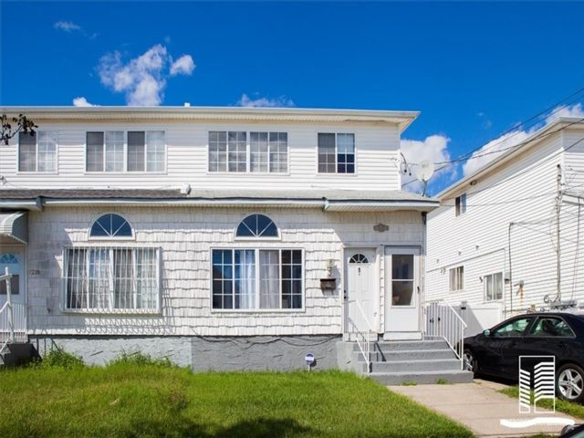 5 BR,  0.00 BTH  Multi-family style home in Arverne