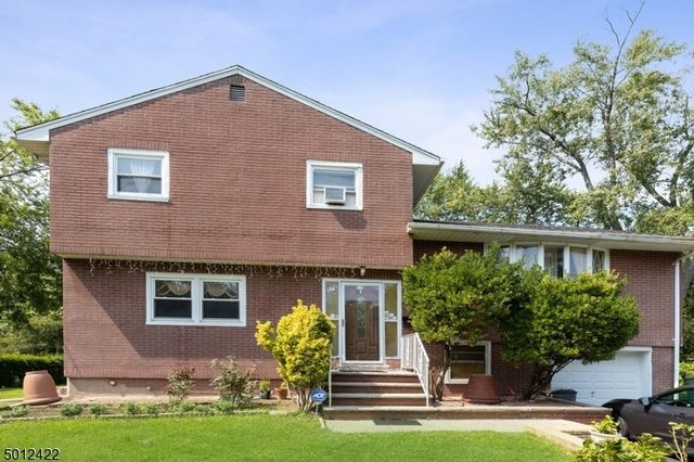 4 BR,  2.00 BTH Split level style home in Bloomfield