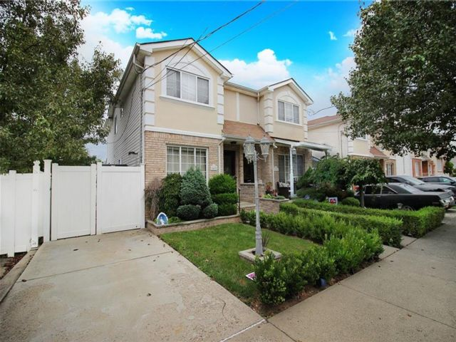 3 BR,  3.00 BTH Single family style home in Annadale
