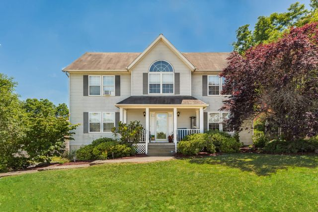 4 BR,  3.00 BTH  Single-family h style home in Eastchester