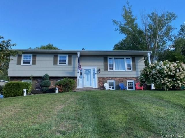 3 BR,  3.00 BTH Raised ranch style home in Warwick