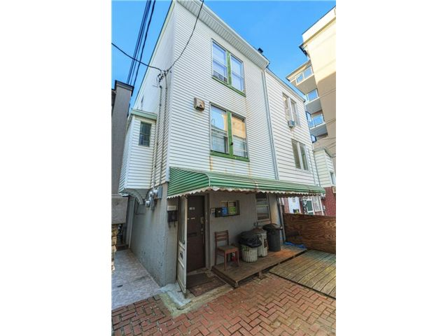 4 BR,  0.00 BTH  Multi-family style home in Brighton Beach
