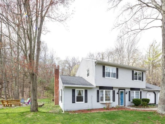 5 BR,  3.00 BTH  Raised ranch style home in Woodstock