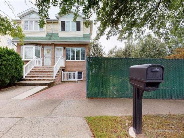 4 BR,  3.00 BTH Single family style home in Eltingville