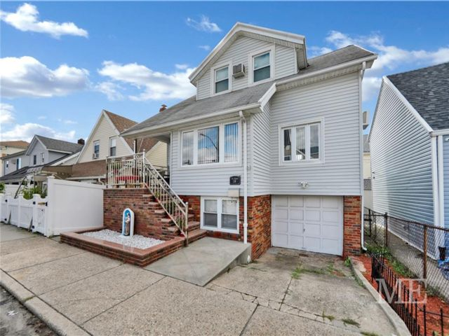 3 BR,  2.00 BTH  Single family style home in Gerritsen Beach