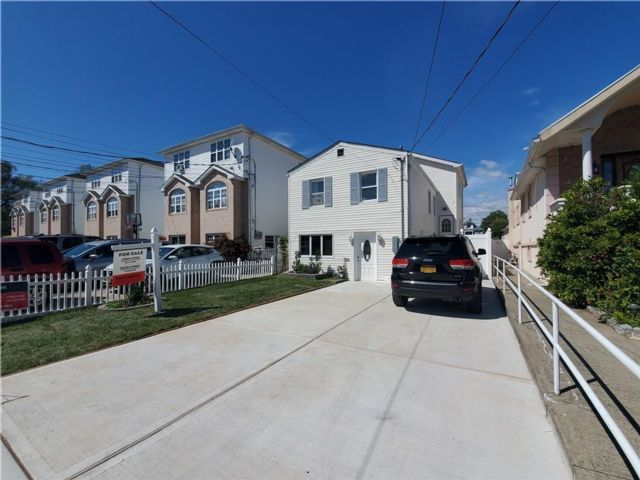 3 BR,  3.00 BTH Single family style home in New Dorp